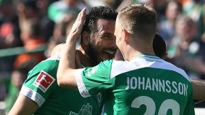 Oldie but Goldie: Aron Johannsson(r) feiert Werder-Legende Claudio Pizarro.