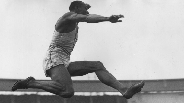 Jesse Owens beim Weitsprung (Symbolbild). (Quelle: Thinkstock by Getty-Images)