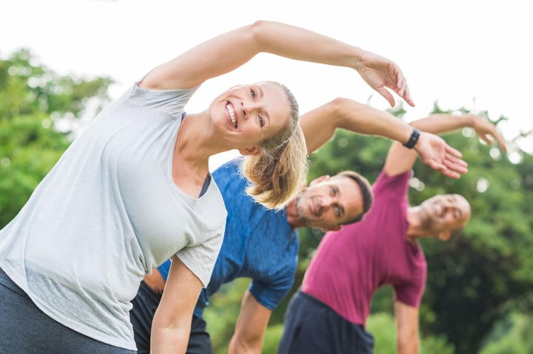 People doing stretching exercise (Quelle: Thinkstock by Getty-Images)