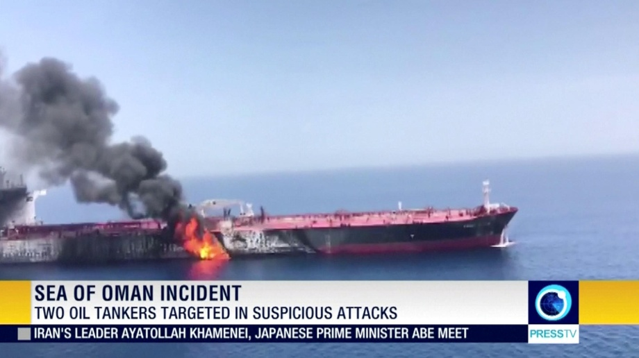 Still image taken from a video appears to show two tankers at sea, one of which has a large plume of dark smoke in the Gulf of Oman (Quelle: Reuters/PRESS TV/IRIB/via )
