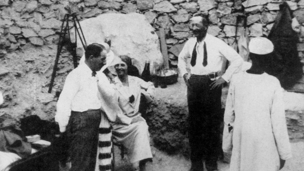 Howard Carter (l.) 1922 vor der Grabkammer des Pharaos Tutanchamun. (Quelle: imago images/United Archives International)
