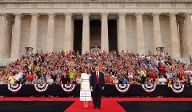 "US-Präsident Donald Trump und First Lady Melania Trump kommen beim ""Salute to America"" vor dem Lincoln Memorial an.  (Quelle: Reuters/Carlos Barria )"