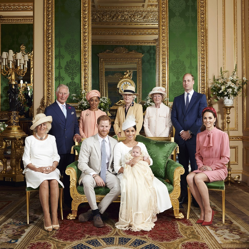 Das offizielle Tauffoto: Prinz Harry, Herzogin Meghan, Archie Harrison, Herzogin Camilla, Prinz Charles, Doria Ragland, Lady Jane Fellowes, Lady Sarah McCorquodale, Prinz William und Herzogin Kate. (Quelle: Chris Allerton/SussexRoyal/PA Wire/dpa)