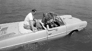 1965: Das schwimmende Auto (Quelle: imago images/ZUMA Press)