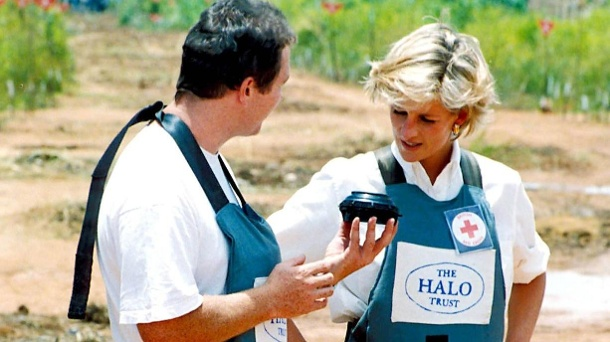 "Diana besucht 1997 den ""Halo Trust"" in Angola. (Quelle: imago images / ZUMA Press)"