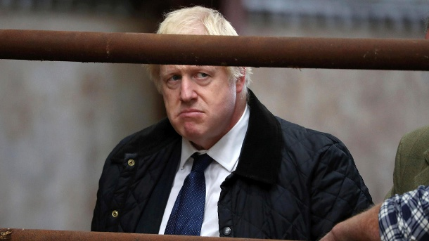 Boris Johnson auf der Darnford Farm bei Aberdeen in Schottland.  (Quelle: Andrew Milligan/PA via AP)