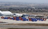 Auch an viele Flughäfen stehen die Flugzeuge, die mit einem Flugverbot belegt sind. Wie etwa hier am Victorville Airport in Kalifornien. (Quelle: Reuters/Mike Blake/File Photo)