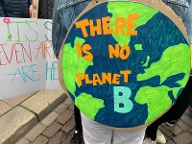 """There is no planet B"": In Hamburg sind laut Veranstaltern etwa 100.000 Demonstranten unterwegs. (Quelle: t-online.de/Agatha Strausa)"