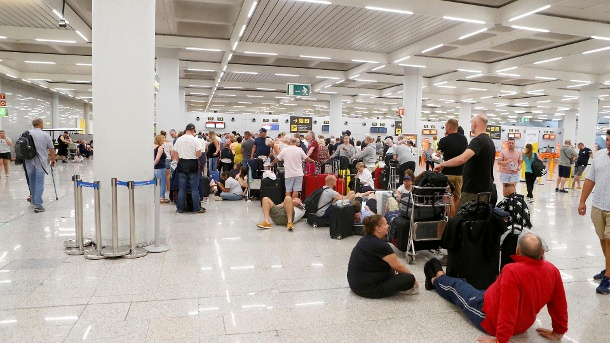 Passengers are seen at Thomas Cook check-in points at Mallorca Airport after the world's oldest travel firm collapsed, in Palma de Mallorca (Quelle: Reuters)