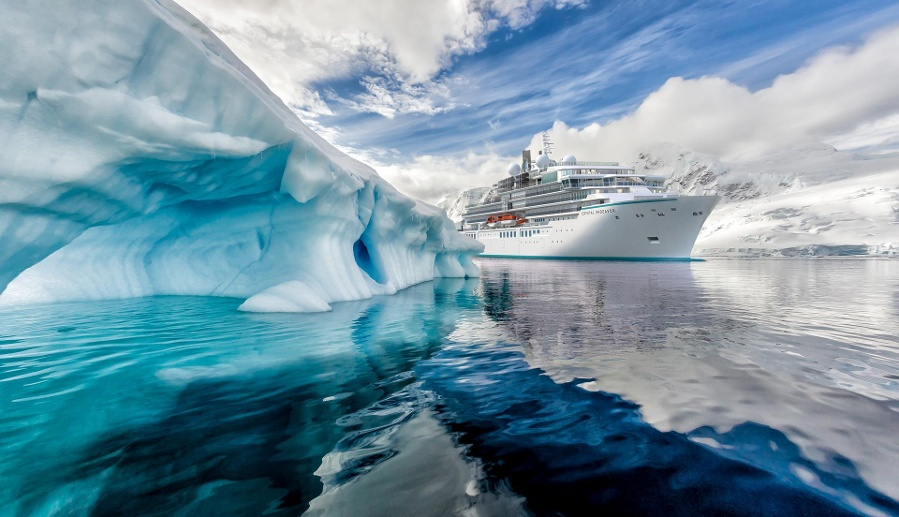 "Helikopter und U-Boote hat die ""Crystal Endeavor"" an Bord. (Quelle: dpa/Crystal Cruises)"