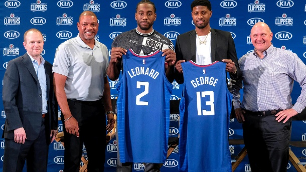 Neues Traum-Duo: Kawhi Leonard und Paul George auf ihrer Vorstellung bei den Los Angeles Clippers im Juli. Links daneben: Clippers-Coach Doc Rivers. (Quelle: AP/dpa)