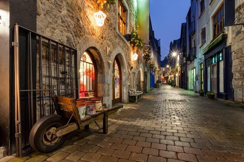 Old city street at night (Quelle: Thinkstock by Getty-Images)