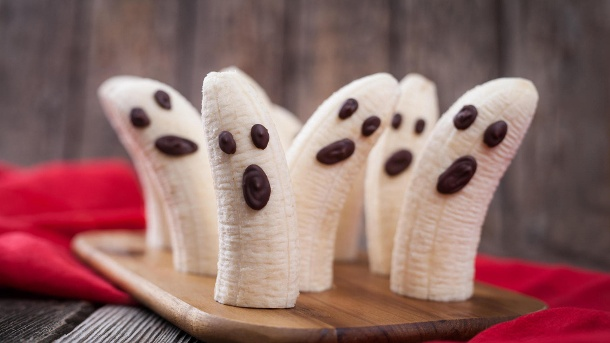 Bananen als Geister: Super einfach und noch dazu lecker sind die kleinen Bananengeister. Ein Hingucker auf jeder Halloween-Party. (Quelle: Getty Images/ GreenArtPhotography)