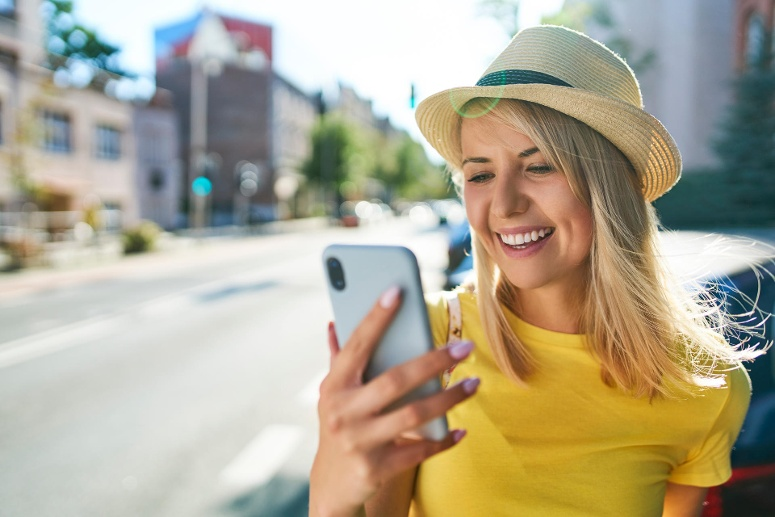 Happy young woman using smartphone in the city model released Symbolfoto PUBLICATIONxINxGERxSUIxAUTxHUNxONLY BSZF01361 (Quelle: imago images/Westend61)