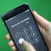 Ein iPhone mit Sperrcode: Trump kritisiert Apple und fordert Hintertür in Smartphones (Quelle: dpa/Michaela Kappeler)