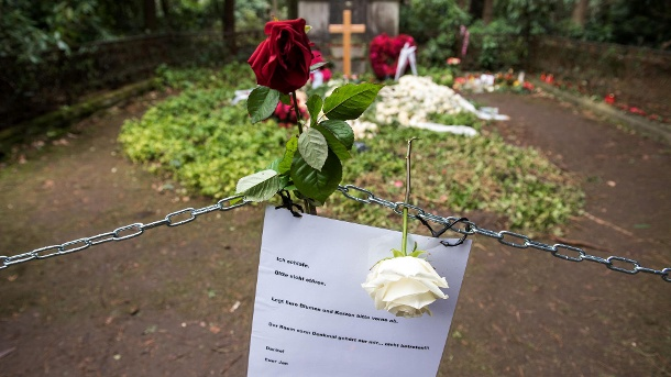 Hamburg: Flowers lie on the grave of actor Jan Fedder on the Ohlsdorfer Friehof - a chain serves as a spacer. (Source: dpa // Daniel Bockwoldt)