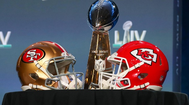 Super Bowl 2020: Finalisten, Favorit, Halbzeitshow – Wann geht's heute los?. Mit Spannung erwartetes Duell: Die San Francisco 49ers (li.) und die Kansas City Chiefs spielen im Super Bowl 54 um die Vince Lombardi Trophy. (Quelle: imago images/Icon SMI)