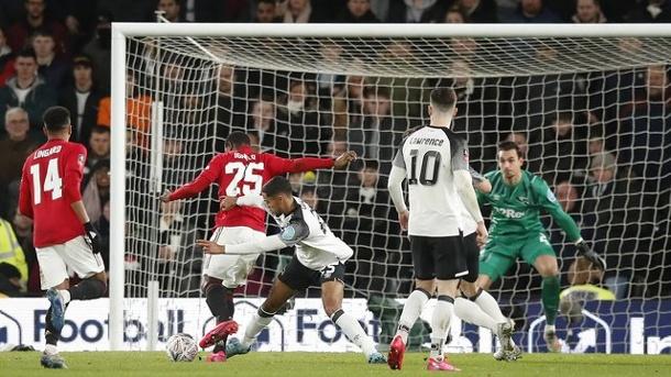 FA-Cup: Manchester United gewinnt Duell mit Rooney-Club. Uniteds Odion Ighalo (2.