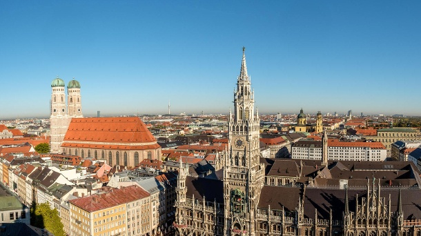 Städte-Wissen: Wie gut kennen Sie München?. Neues Rathaus mit Frauenkirche in München (Quelle: Thinkstock by Getty-Images/photohomepage)