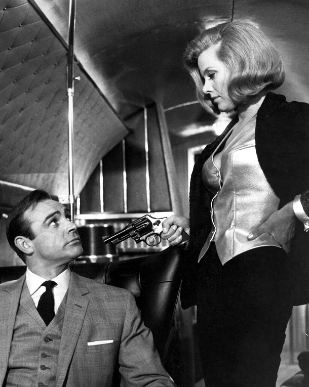 """Goldfinger"": Honor Blackman an der Seite von Sean Connery. (Quelle: imago images)"