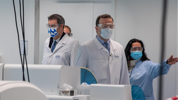 Markus Söder and Jens Spahn in the Roche laboratory: An antibody test was developed here and is expected to be available in Germany in May. (Source: dpa / Peter Kneffel)