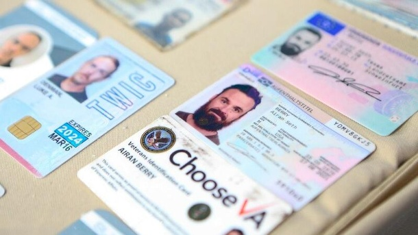 A residence permit and driver's license issued by Schweinfurt: The authorities in Venezuela released images of Berry's IDs to the public. (Quelle: t-online.de)
