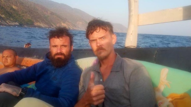 Thumbs up: By the time this photo of the boat was published on the Twitter account set up for the risky operation, Airan Berry and Luke Denman had already been arrested. (Quelle: Twitter)