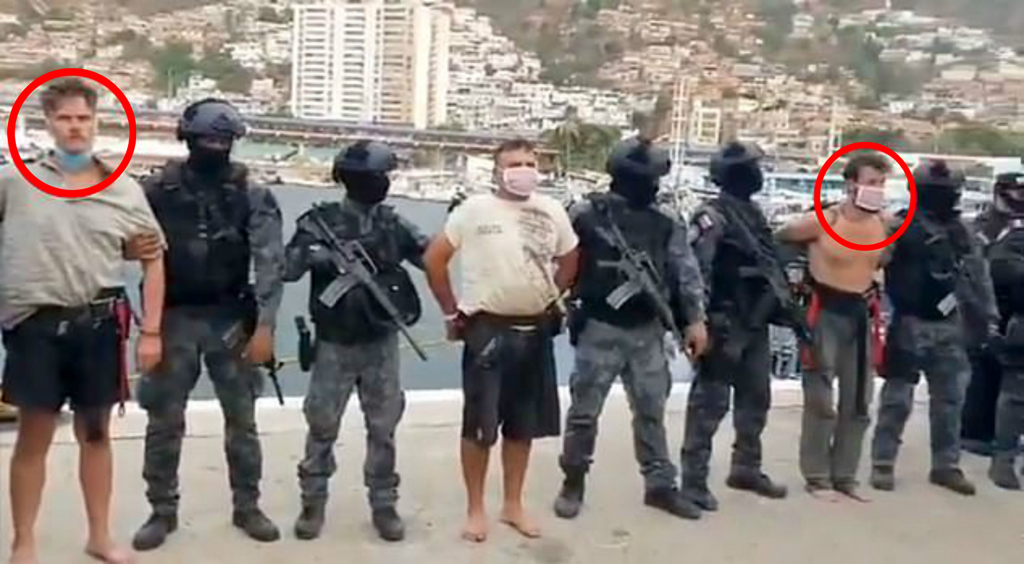 Arrested and paraded: Airan Berry (circled on the right) and Kuke Denman (circled on the left) int the port of La Guaira after the botched mission. (Quelle: Screenshot/TeleSur)