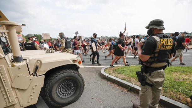 Members of the U.S. National Guard are watching a demonstration: Protests raise concerns about new corona infections. (Source: Alex Brandon / AP / dpa)