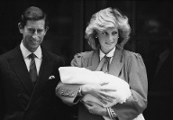 Charles und Diana mit ihrem neugeborenen zweiten Sohn Prinz Harry am 16. September 1984 (Quelle: Steve Wood/Daily Express/Hulton Archive/Getty Images)