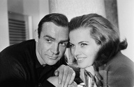 "1964: Sean Connery und Honor Blackman promoten den 007-Film ""Goldfinger"". (Quelle: Express/Getty Images)"
