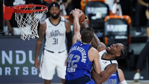 NBA - Playoffs: Mavericks verlieren deutlich gegen Clippers. Maxi Kleber (l) von den Dallas Mavericks in Aktion gegen Kawhi Leonard von den Los Angeles Clippers.