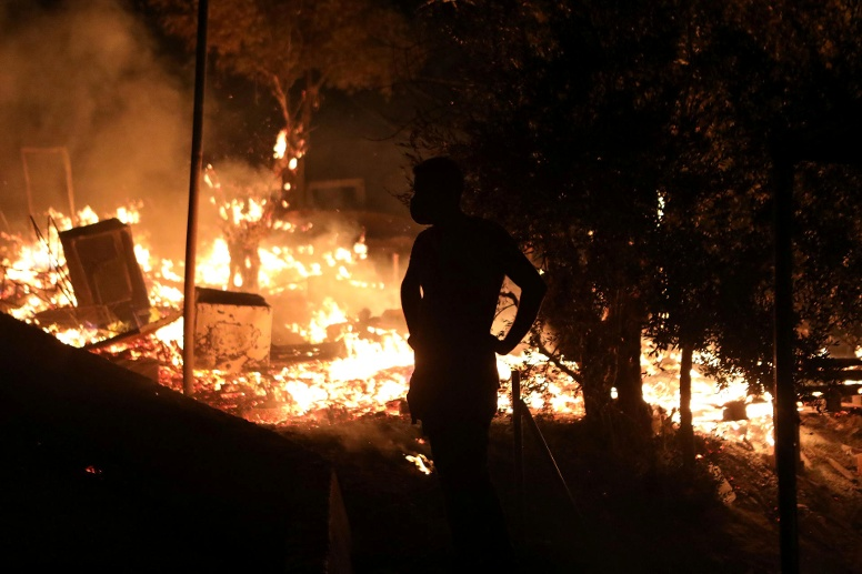 Fire burns at the Moria camp for refugees and migrants on the island of Lesbos (Quelle: Reuters)