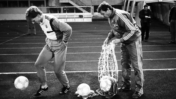"Vor 30 Jahren: Das letztes Länderspiel der DDR – ""Ede"" Geyer erinnert sich. Matthias Sammer (li.) mit dem letzten Nationaltrainer der DDR, Eduard ""Ede"" Geyer (re.) im November 1989. (Quelle: imago images/Sportfoto Rudel)"
