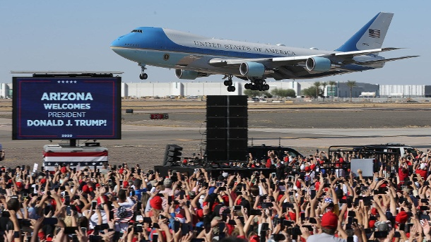 Air Force One approaching Phoenix, Arizona: Trump wins the Pictures campaign.  (Source: Getty Images / Chip Somodevilla)