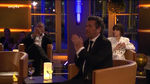 During Helene Fischer's appearance: Thomas Anders sits at the table without Florian Silbereisen.  (Source: MDR / Screenshot)