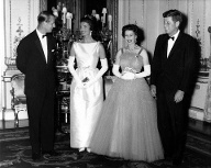 1961: Die Royals heißen den damaligen US-Präsidenten J.F. Kennedy und First Lady Jackie Kennedy im Buckingham-Palast willkommen. (Quelle: imago images / United Archives)
