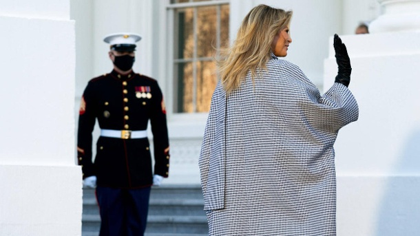 First Lady Melania Trump departs after receiving the official White House Christmas Tree at the White House in Washingt (Quelle: Imago)