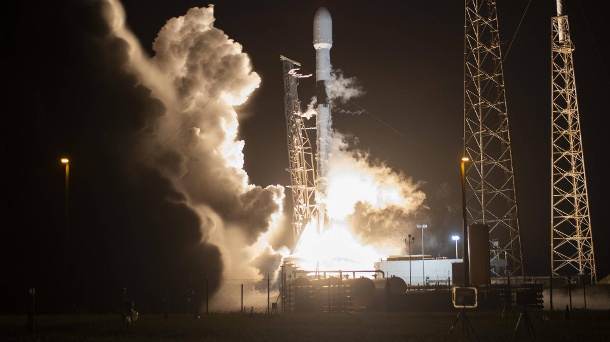 Starlink: Elon Musk darf bald in Deutschland Satelliten-Internet anbieten. SpaceX-Rakete beim Start: Starlink-Satelliten sollen die Menschheit mit Internet versorgen.  (Quelle: imago images/UPI Photos)