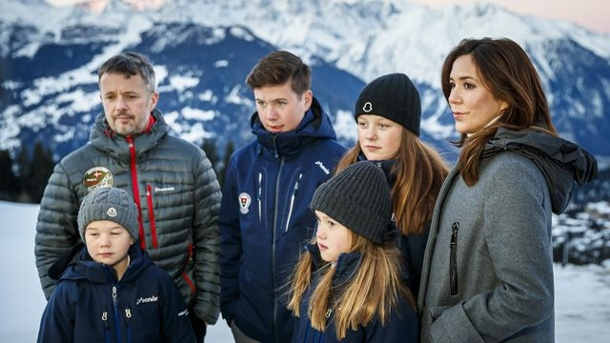 En Verbier's Resort Prince Vincent, Princess Josephine, Crown Prince Frederick, Prince Christian, Princess Isabella y Crown Princess Mary: los seis están celebrando entre ellos este año en el palacio de Copenhague.  (Fuente: dpa)