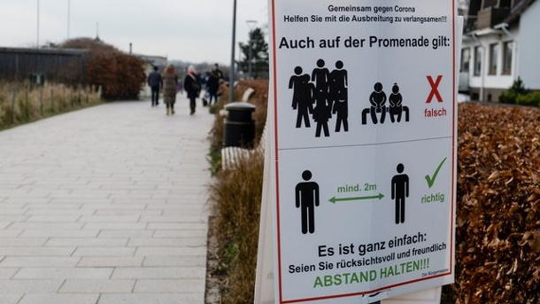 A sign on a Promenade indicates that the distance must be respected (icon image): Starting today, new rules will come in all of the länder in force. (Source: dpa/Frank Molter)