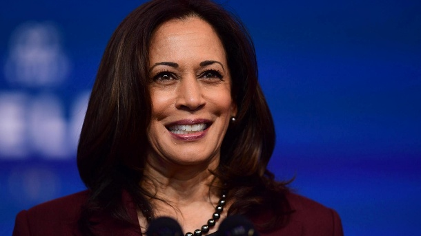 "Nach Kritik: ""Vogue"" lässt neues Cover mit Kamala Harris drucken. Kamala Harris: Die gewählte US-Vizepräsidentin ziert das Februar-Cover der amerikanischen ""Vogue"". (Quelle: Getty Images / Mark Makela)"