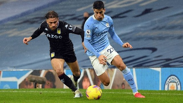 Premier League: Sechster Liga-Sieg für Man City in Serie - United top. Joao Cancelo (r) von Manchester City und Aston Villas Matty Cash kämpfen um den Ball.