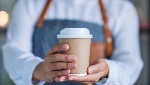 Coffee-to-go-Becher (Quelle: Getty Images/Farknot_Architect)