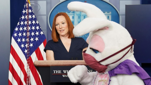The Easter Bunny visits as Jen Psaki speaks at the White House, in Washington (Quelle: Reuters/Reuters)