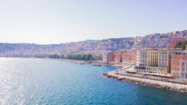View of Naples sea embankment at summer, Italy (Neirfy) (Quelle: imago/fotostock)