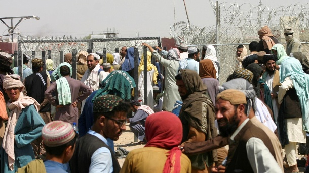Refugees from Afghanistan want to pass at the Pakistani border: Again there is a crowd at a gate.  (Source: Reuters)