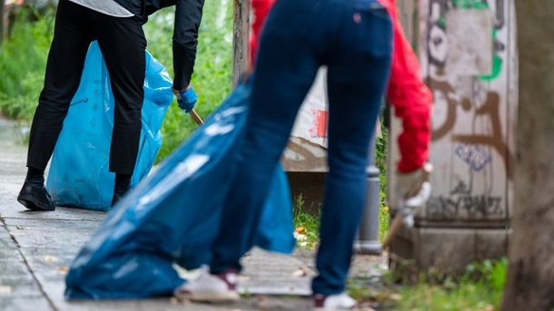 """Viele freiwillige Müllsammler am """"Cleanup Day"""". World Cleanup Day 2021 in Berlin"""