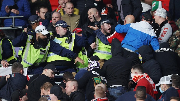 Police against Hungarian hooligans: Unsightly pictures from Wembley Stadium.  (Source: imago images / Offside Sports Photography)